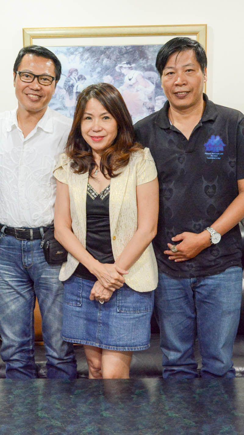鄭裕家(左)三姐弟
