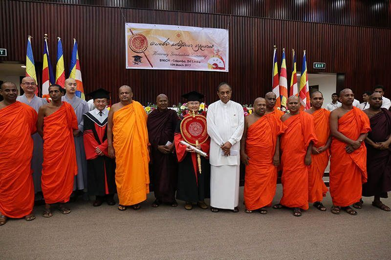 寬如法師是斯國佛教歷史上,唯一由四十八位最高僧團委員會一致通過的榮譽博士。 圖寬如法師右一為斯里蘭卡國會發言人、寬如法師左二為阿努如達大長老