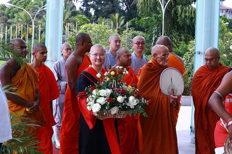 拉曼納尼卡亞部派僧王瑪哈納亞卡那帕納貝瑪司力為頒發最高榮譽給寬如法師特地親自遠從甘地來到可倫坡典禮會場