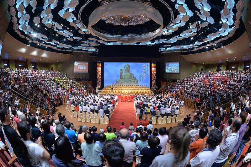慶祝國定佛誕節暨佛光大佛分香我家」迎請典禮在佛陀紀念館大覺堂舉行,逾3千人迎請500尊大佛分身。