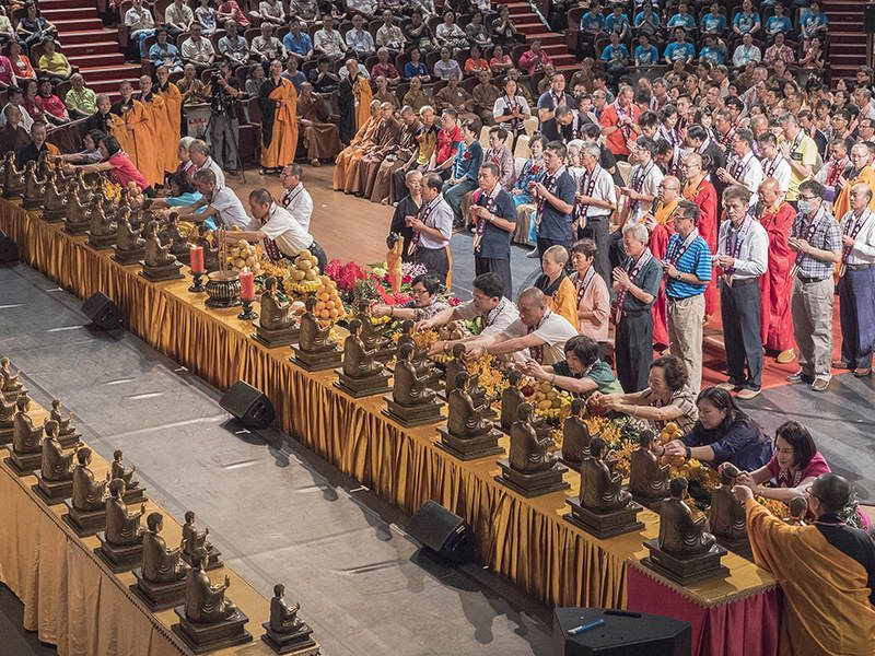大佛分香迎請者於念佛聲中,一一為佛祖掛牌。