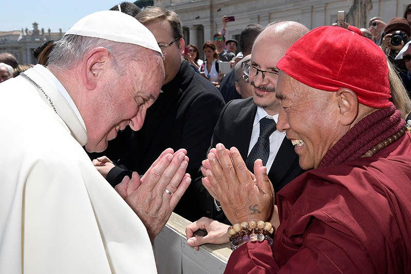 台灣靈鷲山佛教教團住持心道法師與天主教教宗方濟各(Pope Francis)於梵諦岡首度會晤。