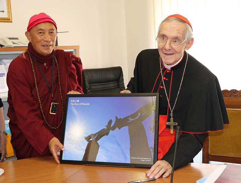 灣靈鷲山佛教教團住持心道法師拜會天主教梵諦岡宗座宗教交談委員會首席樞機主教陶然(Cardinal Jean-Louis Tauran, President of PCID),邀請天主教一同加入「生命和平大學」計劃。