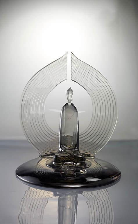 蔣晟以簡約俐落的圓型線條展現傳統造像的火焰圓光,既薄且平讓圓光觀音有了不一樣的視覺感受。