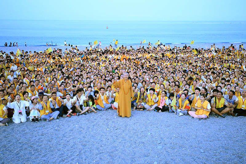寬如法師與全球來臺慶祝15週年慶 的弟子們於七星潭歡喜遍灑三千留影。