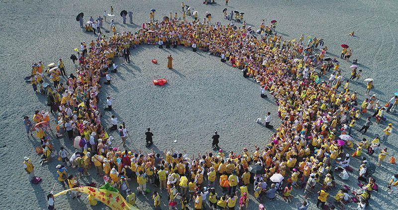 寬如法師於宜蘭粉鳥林海灘 帶領眾弟子們舉辦遍灑三千活動。