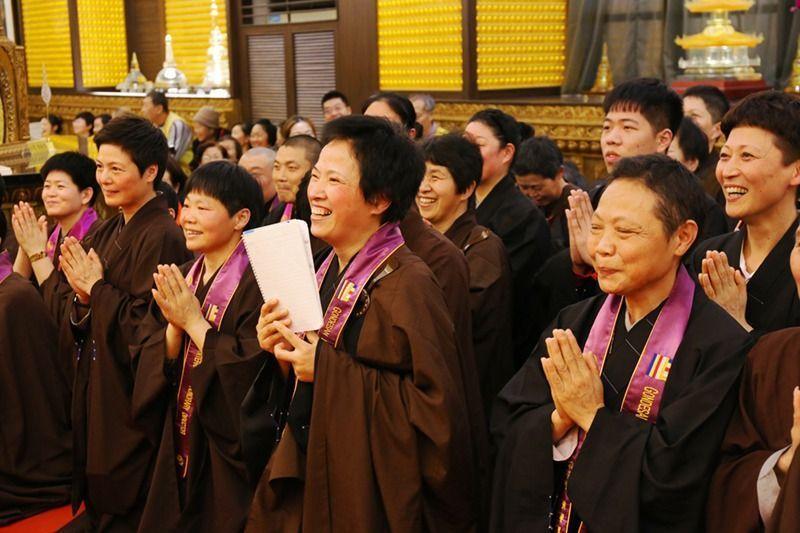 全球功德山弟子們在佛前、上寬下如法師面前歡喜許下成佛大願。