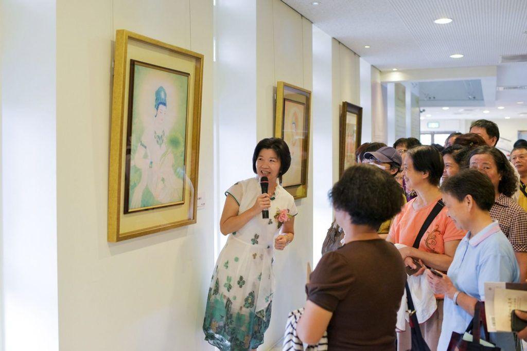 林穎英館長組織招募了義工團隊,幫忙美術館展覽布置、接待、導覽、文創商品和網路答覆等各項服務工作。